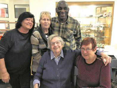 Mientje Fiese (vorne Mitte) und Kitty Engels (rechts) sind Stammgäste, über die sich Eve Vahlsing vom Bürgerzentrum immer wieder besonders freut.Foto: BZ Neue Vahr