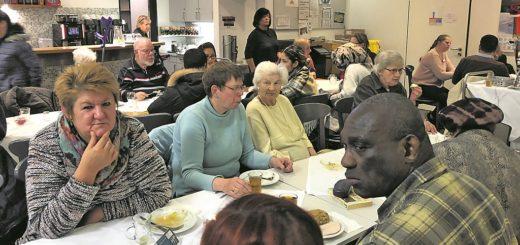 An drei langen Tischreihen wird lecker gespeist und viel erzählt. Eine echte Kontaktbörse. Foto: BZ Neue Vahr