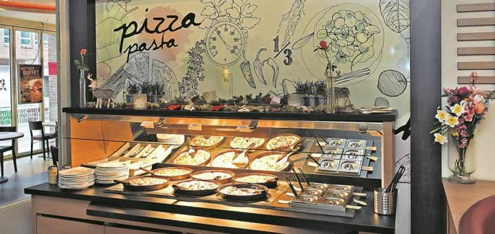 Das Pizza- und Pasatbüfett im Pizza Hut – die Beschreibungen stehen auf abgenutzten Papierzetteln.Foto: Schlie