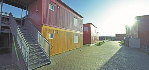 """Die rund 100 Container des """"Roten Dorfes"""" stehen momentan leer und werden bald eingelagert. Ein Projektteam versucht nun, die Container als Studentenwohnheim auf einem Grundstück an der Ladestraße nutzbar zu machen. Foto: Schlie"""