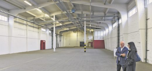 In der noch leeren Halle soll ein Bühnenraum mit rund 400 Plätzen entstehen. Die Bremer Philharmoniker könnten ihre neue Heimat im Nachbarraum finden.Foto: Schlie