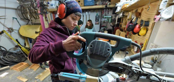 Miriam Bacher ist eine der Teilnehmerinnen, die nicht nur eine Wurmkiste bauen, sondern auch den Umgang mit den Werkzeugen lernen möchte. Foto: Schlie