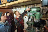 Katharina Müller bietet den Workshop auch an, um den Teilnehmerinnen eine Einweisung in die Funktion der Werkzeuge zu geben. Foto: Schlie