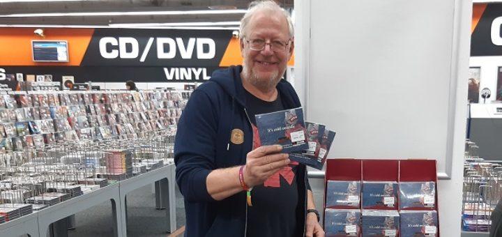"""Kalle van der Pütten mit der CD-Box """"It´s cold outside"""". Foto: pv"""