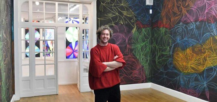 Im ersten Stock des Haus Coburgs hat Adrian Mudder direkt die Wand bemalt – mit Radiergummi und Kreide. Foto: Konczak