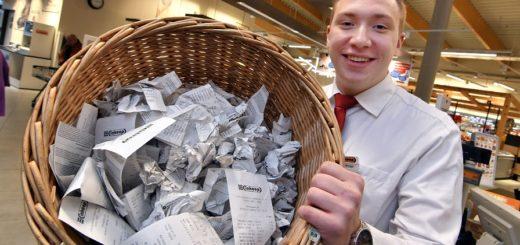 Inkoop-Mitarbeiter Hendrik Schnier leert jetzt einmal pro Stunde den Mülleimer mit den Kassenbons, die die Kunden gar nicht haben wollten. Foto: Konczak