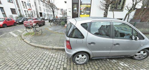 Doppelfehler: Dieser Pkw parkt nicht nur aufgesetzt, sondern auch noch viel zu dicht an der Kreuzung. Foto: Schlie