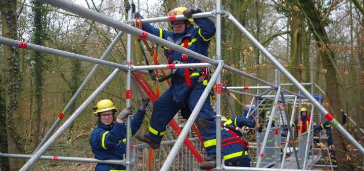 Innerhalb von sechs Stunden bauten die Einsatzkräfte des THW die Behelfsbrücken im Tiergarten auf. Foto: Richter