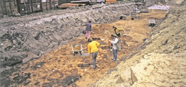 Das Bild zeigt eine Grabung in Grambke. Hier ist zu erkennen, wie ein Suchschnitt angelegt wurde und die ersten Verfärbungen im Dünenboden zutage kommen. Foto: Landesarchäologie Bremen