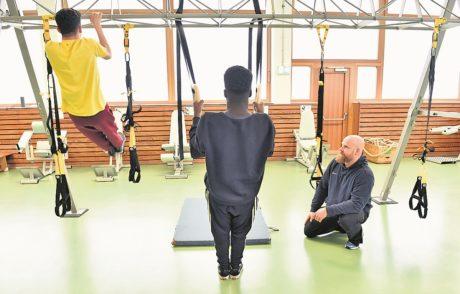 Claas Kruse (r.) mit zwei Schülern im Kraftübungsraum der Gesamtschule West.Foto: Schlie