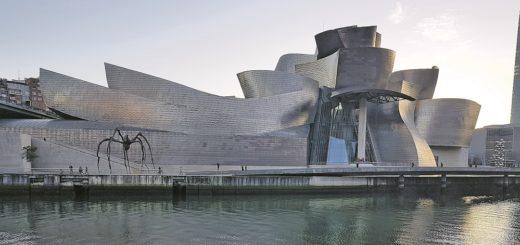 """Schon von außen ein beeindruckendes Gebäude: Das Guggenheim Museum mit der riesigen Spinnen-Skulptur """"Maman"""" von Louise Bourgeois am Ufer des Nervión in Bilbao.Foto: Meister"""
