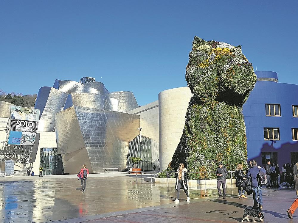 "Bewacht den Haupteingang des spanischen Museums: Koons' über zwölf Meter hohe Hunde-Skulptur ""Puppy"".Foto: Meister"