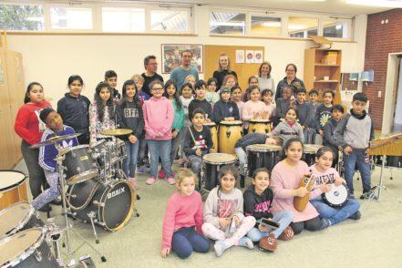 Die Trommel-AG und der Chor der Schule freuen sich über ergänzende und erneuerte Instrumente.Foto: Harm