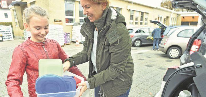 Wir wollen alles richtig machen und entsorgen das aussortierte Plastik fachgerecht in der Recyclingstation Hulsberg (Bennigsenstraße 28) Überraschend für mich: Der ganze Plastik-Kram kommt in den Restmüll. Dafür muss man in der Station einen Müllsack für 5,50 Euro kaufen. Den füllen meine Tochter Merle und ich bis obenhin (bis 15 Kilo sind frei) und schmeißen ihn in den Container – ein befreiendes Gefühl.Foto: Schlie