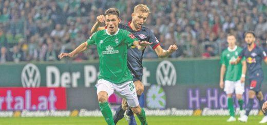 Benjamin Goller – hier entwischt er Leipzigs Konrad Laimer –spielt bislang frech und unbekümmert auf. Sein Trainer hofft, dass sich der 21-Jährige diese Lockerheit bewahrt. Foto: nph