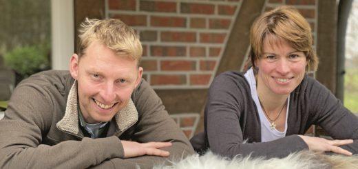 Ingo Stelljes-Subarew und Petra Subarew auf dem Fell ihrer Trude. Foto: Piontkowski