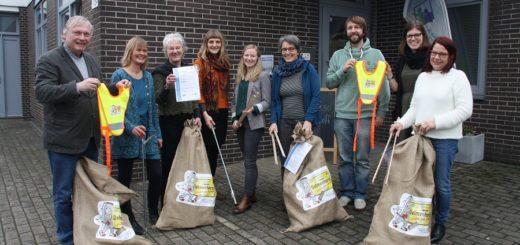 Die Sozialarbeiterinnen der vier Nachbarschaftsbüros in Delmenhorst haben von der Stadt Säcke mit Starterkits bekommen. Mit den Utensilien ausgerüstet, haben Quartiersbewohner künftig die Möglichkeit, gemeinschaftlich Müll in ihrem Wohnumfeld einzusammeln. Foto: nba