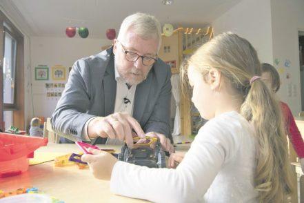 Neben Gesprächen mit den Erzieherinnen spielt und bastelt Meyer auch mit den Kindern.