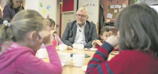 Pastor Manfred Meyer macht sich vor Ort ein Bild über die Arbeit im Kindergarten.Fotos (3): Klama