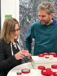 """Uli F. Wischnath mit Francesca Jung im Findorffer Klima-Café. Jung ist eine Teilnehmerin bei """"Klimaschutz ForAll"""". Foto: pv"""