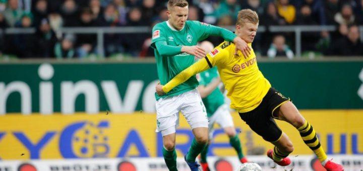 Dortmunds Erling Haaland (rechts) ist von Johannes Eggestein kaum zu stoppen. Foto: Nordphoto