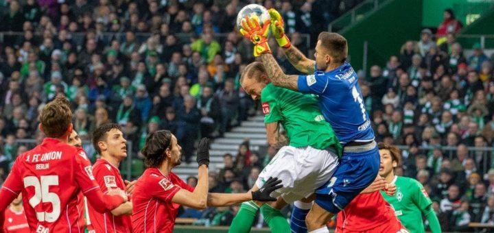 Endstation für Werders Kevin Vogt gegen Union-Keeper Rafal Gikiewicz