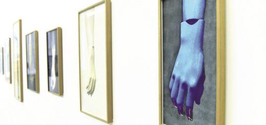 Louisa Clement nimmt in ihren Arbeiten die anatomisch optimierten Hände von Schaufensterpuppen ins Visier.Foto: Schlie