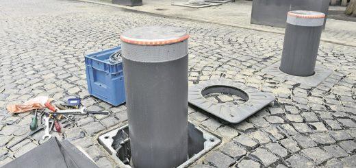 Ein letzter Test, dann sitzen die Poller in der Knochenhauerstraße. Eine fast endlose Geschichte.Foto: Schlie