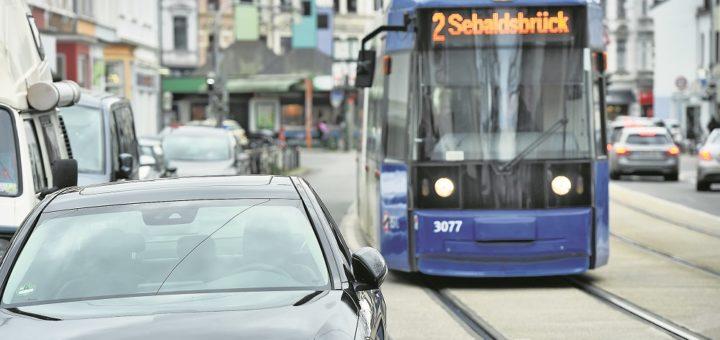 Noch passt es, aber wenn ab dem 2. März auf der Line 2 breitere Bahnen im Einsatz sind, könnten Parkmanöver wie hier Am Schwarzen Meer dazu führen, dass die BSAG Fahrzeuge abschleppen lassen muss.Foto: Schlie