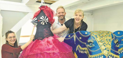 Mit Stolz präsentieren (von links) Marie Tödemann, Martin Sasse und Janine Jaeggi eines der liebevoll handgearbeiteten Kostüme. Foto: Schlie