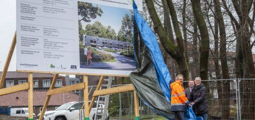 Hans-Ulrich Salmen, Florian Friedel und Axel Jahnz enthüllten gemeinsam das Baustellenschild für das neue Parkhaus am Josef-Hospital. Bis Mai soll das alte Gebäude der Kinderklinik abgerissen sein. Foto: Meyer
