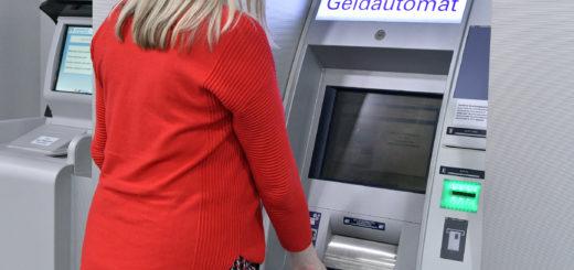 An den Geldautomaten bekommt man weiterhin Bargeld. Foto: Konczak
