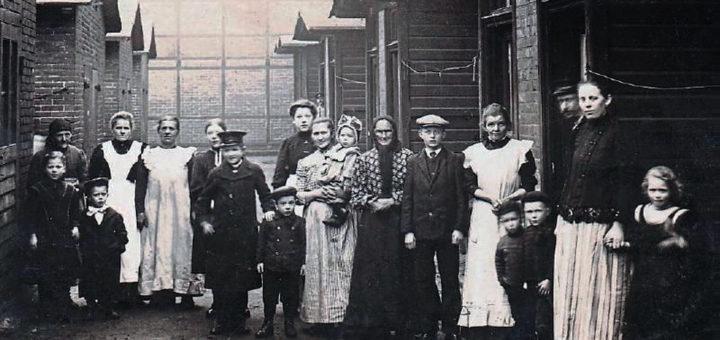 Familien aus Böhmen vor den einfachen Arbeiterhäusern der Enklave. Foto: Archiv Dr. Ruppert