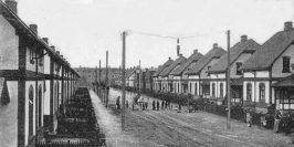 Der Blick schweift durch die Heimstraße auf das Mädchenheim der Wollkämmerei im Hintergrund. Foto: Sammlung Garbas