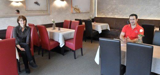 Martina und Vito Mandurino von Da Mimmo sitzen in ihrem leeren Restaurant. Wie ihnen geht es jetzt allen Gastronomen in Delmenhorst und Umzu. Foto: Konczak