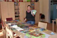 Caro Hollwedel freut sich über die vielen Buch- und Spielspenden. Foto: Albertushof