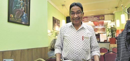 Die Herzlichkeit in Person: Lal Amrit serviert in seinem Indian Curry House.Foto: Schlie