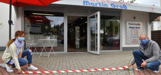 Martin Groß und seine Mitarbeiterin Katharina Fener bereiten sich wie viele andere Friseure auf die Wiedereröffnung vor.Foto: Konczak
