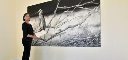 """Die Ausstellungen """"Fly"""" und """"Watch Me"""" in der Städtischen Galerie Delmenhorst sind ab heute für Besucher geöffnet. Galerieleiterin Annett Reckert gibt erste Einblicke. Foto: Konczak"""