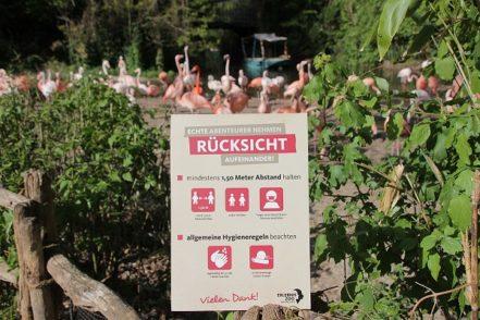 Zoo-Besucher müssen sich an Regeln halten. Hier eine Infotafel aus dem Zoo in Hannover. Foto: Erlebniszoo Hannover