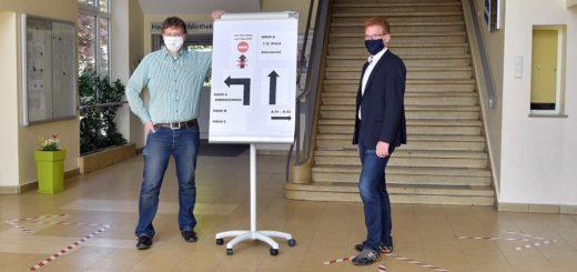 Dr. Holger Vogts (l.) und Marco Castiglione vom Max-Planck-Gymnasium zeigen, welche Maßnahmen in der Schule getroffen wurden. Foto: Konczak