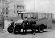 Ein Stadt-Omnibus an seinem Halt vor dem Städtischen Krankenhaus, um 1933. Neben dem Fahrer besorgte ein Schaffner die Kontrolle der Fahrscheine und das Kassieren des Beförderungsentgeltes.
