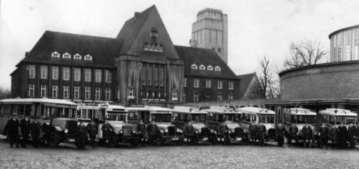 Die Ende 1932 entstandene Aufnahme zeigt die Fahrzeugflotte der späteren Stadt-Omnibus-Betreiber Sager und Klobke vor dem Rathaus. Foto: Stadtarchiv Delmenhorst