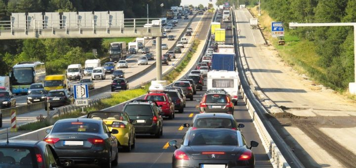 Auf deutschen Autobahnen wird es am kommenden Wochenende wieder voll.Foto: Gerhard Gellinger auf Pixabay