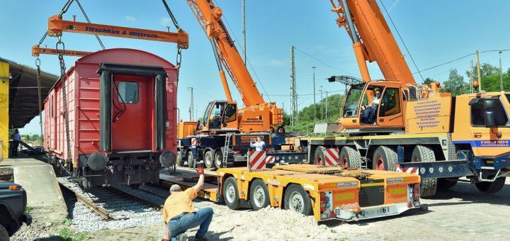 Mithilfe zweier Kräne fand der alte Güterwaggon gestern sein neues Zuhause auf dem Gelände des ehemaligen Neustädter Güterbahnhofs.Foto: Schlie