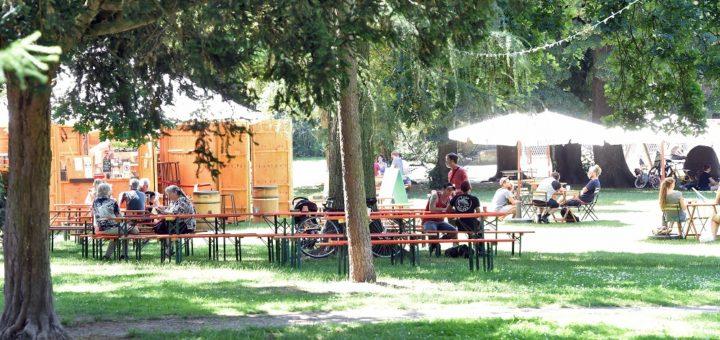 """Im Leibnizplatzpark in der Neustadt bietet das Kulturkombinat offene Neustadt (Kukoon) nun bis mindestens Ende August """"Kukoon im Park"""" an. Foto: Schlie"""