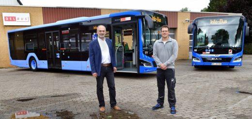 Gutgelaut präsentiert der Delbus Geschäftsführer, Carsten Hoffmann, zwei der insgesamt acht neuen Hybridbusse.Foto: Konczak