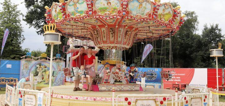 Beatrice Cyntia und Lars Langenscheidt betreiben ein Kinderkettenkarussell. Foto: pv