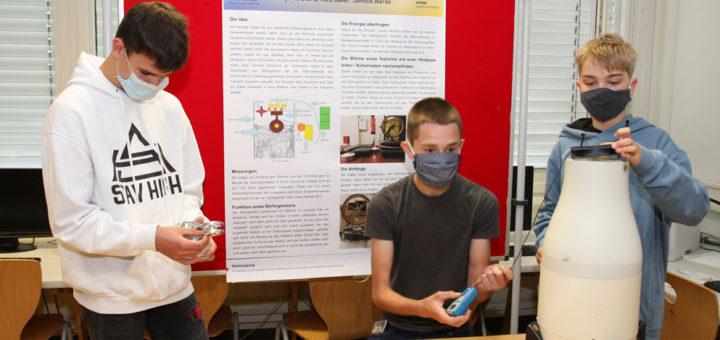 """Nico Bäker, Jannick Werde und Bjarne Stürtz (von links) haben beim Wettbewerb """"Schüler experimentieren"""" ein Verfahren zur Stromerzeugung aus Abwärme entwickelt. Foto: Böhme"""