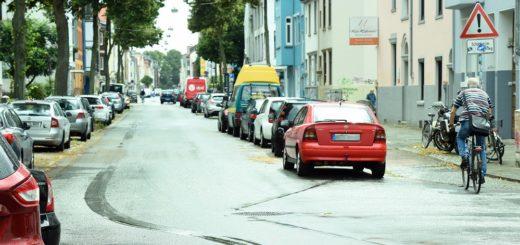 Radfahrer dürfen in der Lahnstraße auf der Fahrbahn fahren, nutzen jedoch den noch vorhandenen Radweg, weil es keine eindeutige Kennzeichnung gibt. Dies führt immer wieder zu brenzligen Situationen mit Autofahrern und Fußgängern.Foto: Schlie